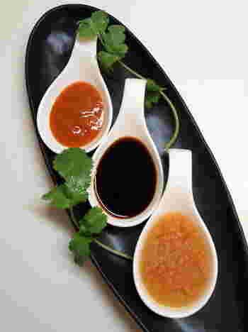 シンガポールの海南鶏飯のように、チリソース、醤油ソース、生姜ソースの3種を用意するのもおすすめ。見た目もきれいで、おもてなしにもいいですね。