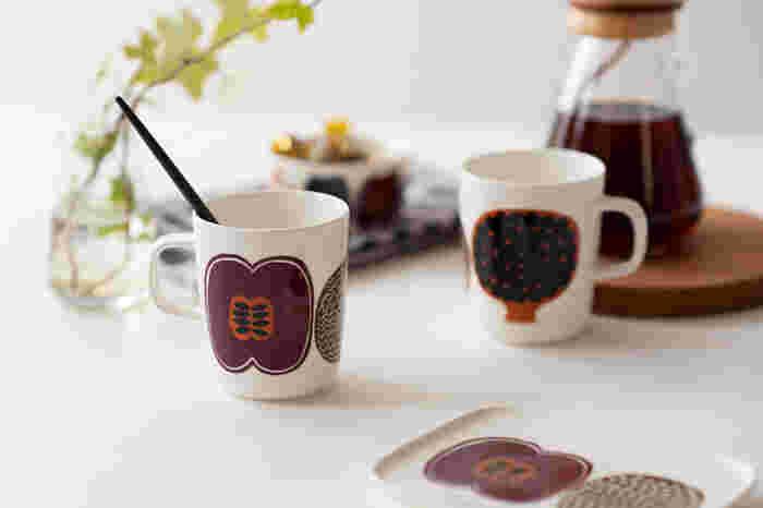 こちらは2012年にマリメッコのデザイナー、アイノ-マイヤ・メトソラがデザインした「Kompotti(コンポッティ)」シリーズの素敵な食器です。果物や野菜をモチーフにしたポップなデザインが、食卓を明るく楽しい雰囲気に演出してくれます。2019年日本限定カラーとして登場した秋の新色「コンポッティ ブラウン」は、温かみのあるブラウンを基調とした、シックで落ち着いたカラーリングが魅力的です。
