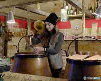 冷たい身体を温めてくれるグリューワイン(ホットワイン)は、数種類あるオリジナルマグカップも人気です。