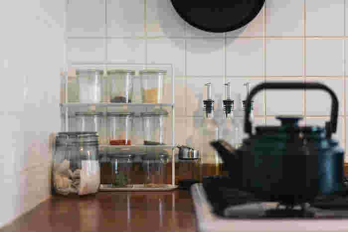 こちらのキッチンでは、透明のガラス瓶やキャニスターを使って、見える収納を楽しんでいます。 カラフルなスパイスや、色味の美しいオイル類は見え映えがしますね。  詰め替える量は、短期間に使い切れる量に。酸素や湿気による劣化を最小限に抑える工夫です。