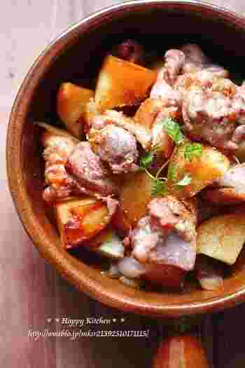 こちらのピリ辛の肉じゃがも、お鍋に並べたらほったらかして蒸すだけで出来上がります。鶏もも肉で作っているのでボリュームもあって◎コチュジャンを入れずに作るとお子様でも食べられます。