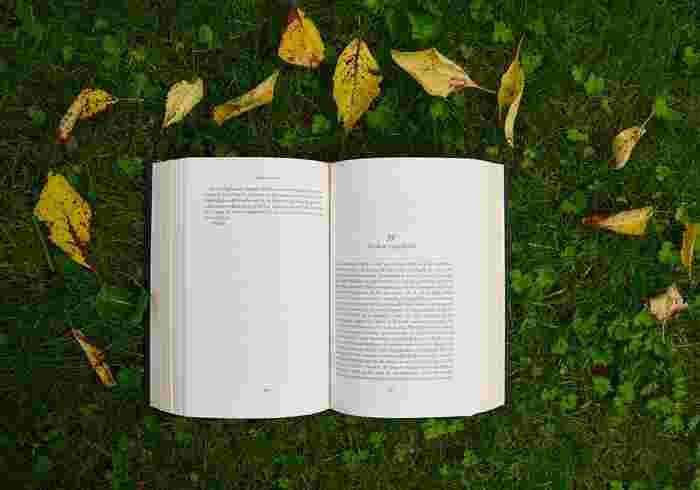 読書の秋。いつもとは少し変わった読書を楽しんでみませんか?屋外で横になっての読書は開放的な気分になります。眠くなったらそのままお昼寝…なんて楽しみ方もアリですね♪
