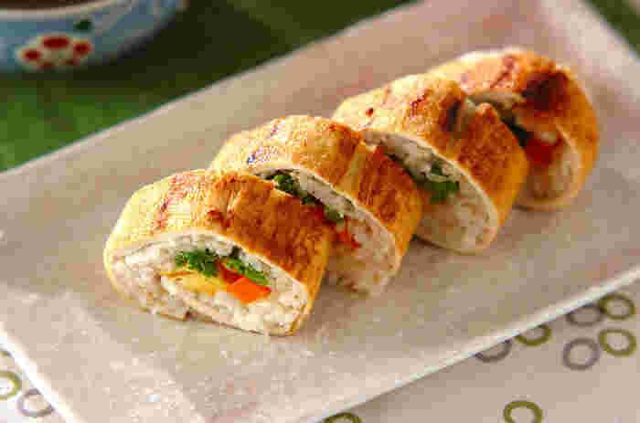 大きな油揚げを開いて、旬の菜の花を具にした巻き寿司風のアレンジレシピです。具材はお好みでいろいろ試してみてくださいね。