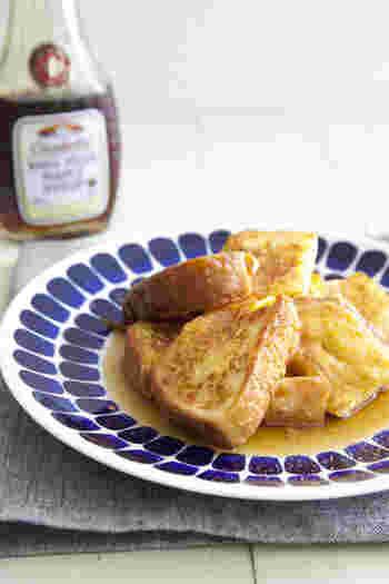 卵液に浸した食パンを、弱火でじっくり焼いたフレンチトースト。卵、牛乳、砂糖と、常備してあるもので簡単に作れる、ほっこりとやさしい家庭の味です。お好みでメープルシロップやシナモンシュガーをかけて、召し上がれ♪
