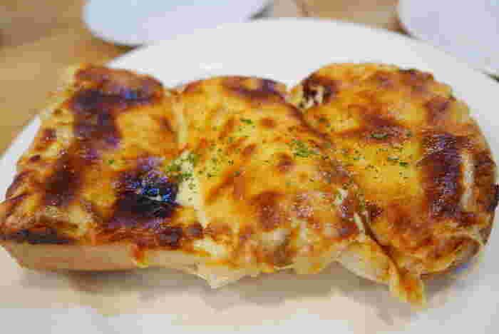 こちらが元祖ピザトースト。こんがり香ばしく焼けたチーズが、チーズ好きにはたまりません。食欲をそそる美味しそうな見た目です。