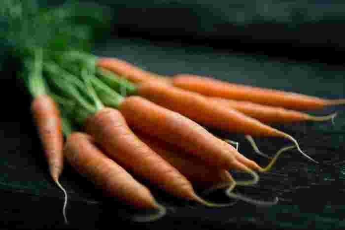1年中手に入りやすい「にんじん」は、生や炒めもの、煮物などいろいろなお料理に使える野菜。大袋で売られていることもあるので、常備菜にも活用しましょう。