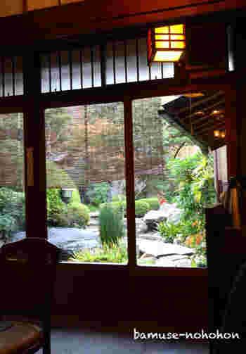 中庭に面した店内は、京ならではのしっとりとした雰囲気。テーブル席と座敷があります。