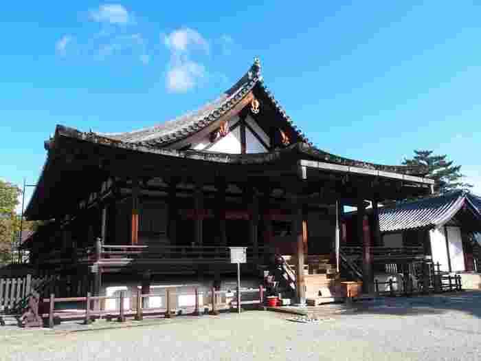 西院伽藍の東側に位置する聖霊院は、もともとは僧侶が住居として使用していた東室の一部でした。鎌倉時代になると東室は、聖徳太子を祀る聖霊院として改築されました。