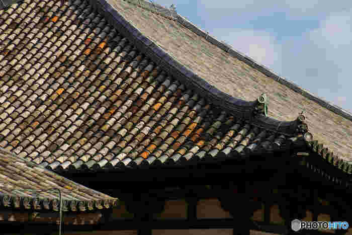 元興寺には「日本最古の瓦屋根」が残されています。飛鳥時代に元興寺が創建された際に使われた瓦屋根は、現在も本堂の瓦屋根として使用され続けています。