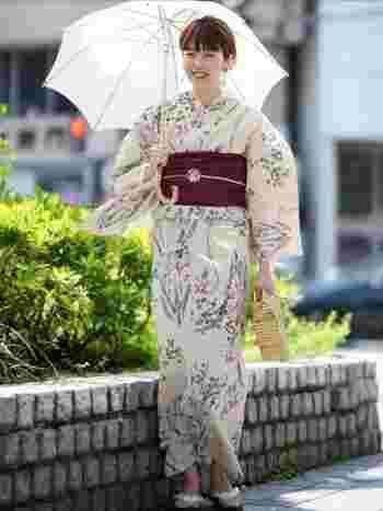 浴衣の時も合わせたい日傘。浴衣ならではの世界観を壊さず、引き立ててくれるのはレフ版効果のある白い日傘。女性らしい華やかな雰囲気を盛り上げてくれますよ。