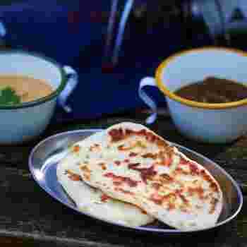 カレーに欠かせないナンは、インドやパキスタンなど中央アジアで広く食べられています。起源は7~8千年前といわれます。タンドールという窯で焼かれ、伝統的にはギーというヤギの油が使われます。
