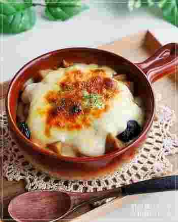 あまった筑前煮にご飯をのせて、ホワイトソースをかければ和風ドリアの出来上がり。白米でも美味しく頂けますが、和テイストに合わせて、ご飯も和風に仕上げれば、和がより際立つ味わいに!