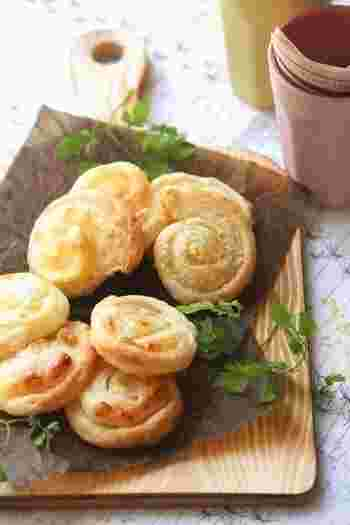 スライスチーズと粉チーズを使ったダブルチーズのパイ。くるくる巻いた形がかわいらしいですね。