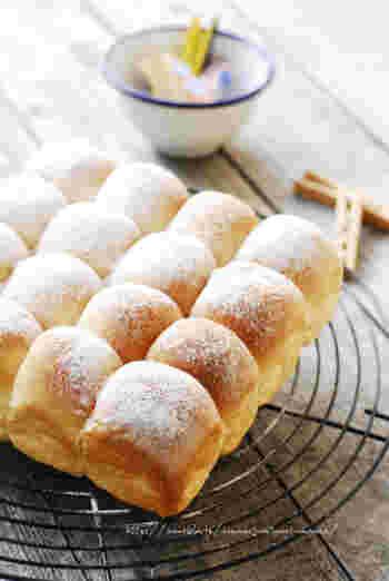 牛乳をつかって、ふわふわに焼き上げたちぎりパン。島ざらめをミルで挽いてつかっているので、優しい甘さも魅力的。意外と簡単にできるようですよ。