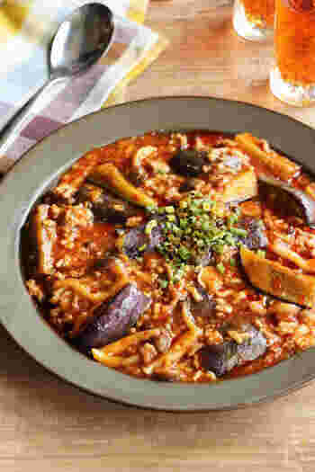 夏になると辛いものも食べたくなりますよね!麻婆茄子なら10分炒めるだけと、中華ならではのスピード調理が魅力。ご飯にも麺にも合う万能おかずです。