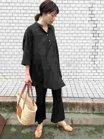 オーバーサイズの黒シャツは、キリッとしながらもラフに着られる優秀アイテムです。メンズライクにならないコツは、ほんの少しの肌見せをプラスすること。首元・腕・足元と、全身に肌見せを散りばめると好バランスに。