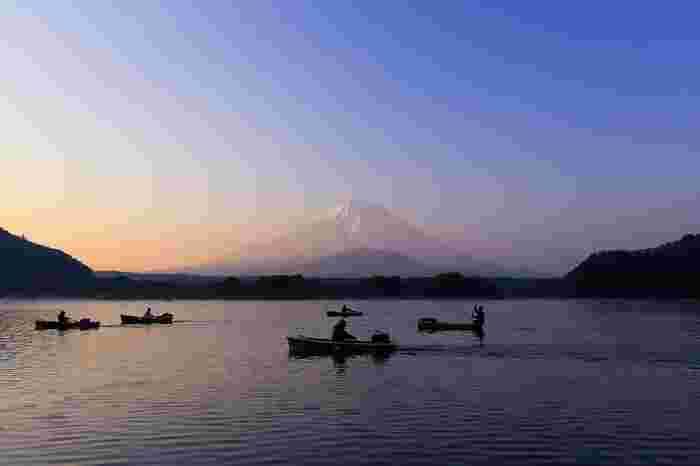 精進湖はプランクトンが多い栄養湖で、湖色はグリーン。ヘラブナやワカサギ、ブラックバスなどが生息しています。ヘラブナ釣りの発祥の地として有名ですが、最近ではバス釣りを楽しむ人も多いのだとか。