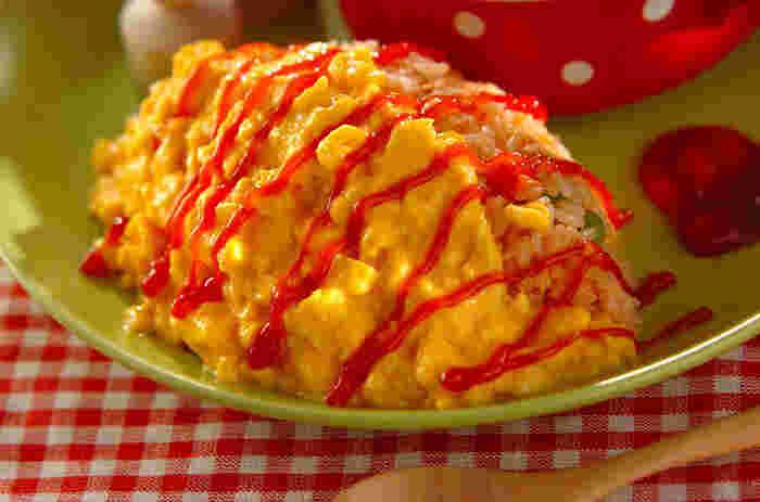 中に包むご飯もトロトロの卵も電子レンジで調理するからスピーディー! 時間の無い時でも、ふわトロのオムライスを作ることが出来ます。ケチャップで可愛らしくペイントすれば、お子さまもきっと喜んでくれるハズ!