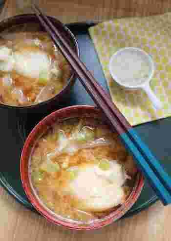 大根と落とし卵のお味噌汁にパルミジャーノをトッピング! 和食には勿論、洋食にも合わせられる、万能お味噌汁です。洋風のスープのような濃厚さもあるので、パンをディップしても美味しく頂けます。やみつきになる美味しさを、是非お試しあれ!