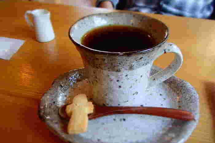 コーヒーは長野県大町市の自家焙煎珈琲店「美麻珈琲」の豆を使用。素朴な陶器のカップが、ゆったりと流れる時間をより深めてくれます。