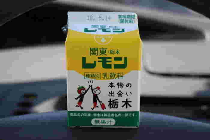 """栃木県内のいたる所で販売されている『関東・栃木レモン』は、戦後から長きに亘って""""レモン牛乳""""で親しまれてきた栃木のソウルドリンク。レモン牛乳といっても、酸が牛乳を凝固させるため、レモンは用いず、香料や砂糖を加えた乳飲料です。口当たりは円やかで、ほんのりと甘酸っぱく、どこか懐かしい味わいがするのが特徴です。"""