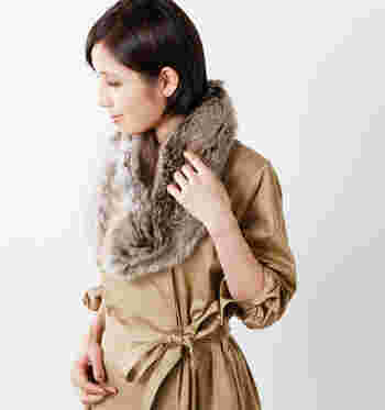 柔らかな暖かさを与えてくれる、「helen moore(ヘレンムーア)」のエコファー素材のスヌードです。すぽっとかぶるだけで華やかな印象になり、冬のコート系アウターとの相性も抜群です。