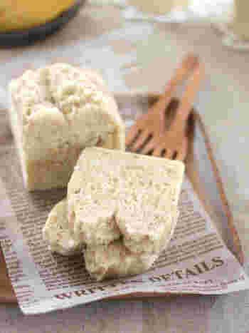 卵を使わず豆乳を使うなど、アレルギー対策にも参考になるパウンドケーキのレシピです。バナナを潰して、材料を混ぜて蒸すだけなので簡単。ココナッツとバナナの相性も楽しんでみてくださいね。