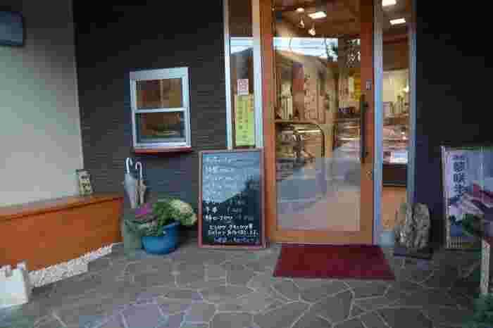 仙石原交差点のすぐ近くにも、老舗牛肉店「仙石角田屋(センゴクカクタヤ)」があります。創業は、昭和11年。長きにわたって当地で愛されるお店です。