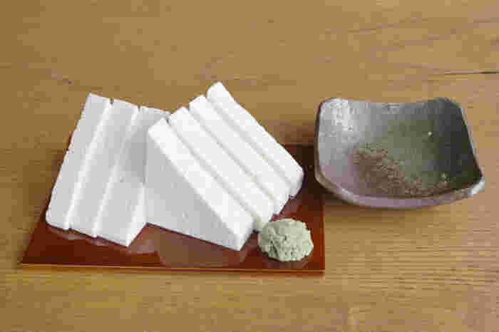 """「五箇山豆腐」は堅いのが特徴。縄で縛って持ち上げても、落ちない程の硬さがあります。""""岩豆腐""""とも呼ばれています。  (※画像は「豆腐工房 喜平商店」の堅豆腐です。)"""