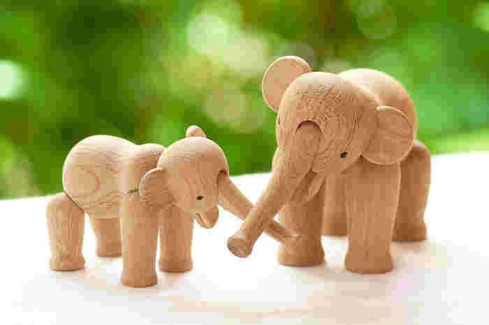 ポテッと丸みを帯びたフォルムが愛らしい象さんのオブジェ。デンマークの巨匠、カイ・ボイスン氏による人気の木製動物シリーズです。大小異なるサイズがあるから、2つ揃えて仲良し親子のように並べておきたいですね。