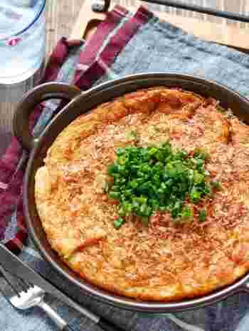 居酒屋のおつまみの定番「山芋鉄板」の代わりに長芋で作った「長いも鉄板」。すった長芋と材料を混ぜて焼くだけの簡単レシピで、ふわふわモチモチ食感がやみつきになります。
