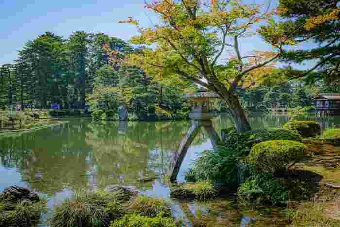 日本三大名園(偕楽園、後楽園、兼六園)の一つに数えられる兼六園は、江戸時代初期に加賀藩によって造園された廻遊式の大名庭園です。四季折々で美しい風景を見せてくれる兼六園は、国の特別名勝に指定されています。
