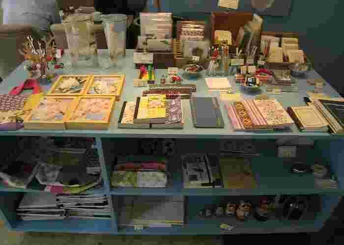 お店の一角で、かわいくも洗練されたノートやペン、小さなケースや小物など、女子好みのステーショナリーが販売されています。
