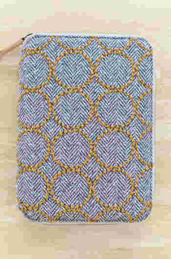 ミナペルホネンのタンバリン柄は、テキスタイル好きに大人気の柄です。ひと針ひと針縫われた丁寧な刺繍がとても美しいですね。