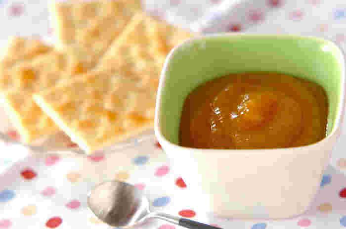 柿、グラニュー糖、ハチミツ、レモン汁で作る柿ジャム。柿はミキサーかフードプロセッサーにかけて、なめらかにし、フツフツと煮たつ状態の弱火で、10分位煮るだけで、秋の味を満喫できる美味しいジャムの完成です。