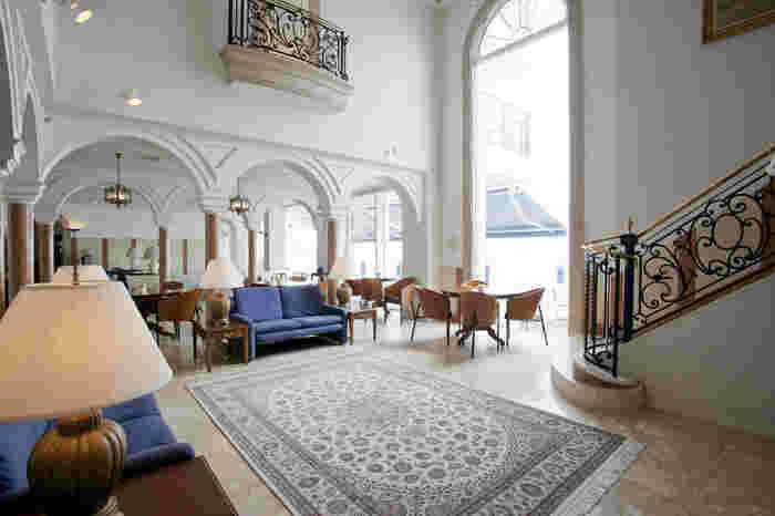 ラグジュアリーなリゾートホテル「葉山ホテル音羽ノ森」では、レストラン「潮騒」とカフェテラスの両方から、海が望めます。