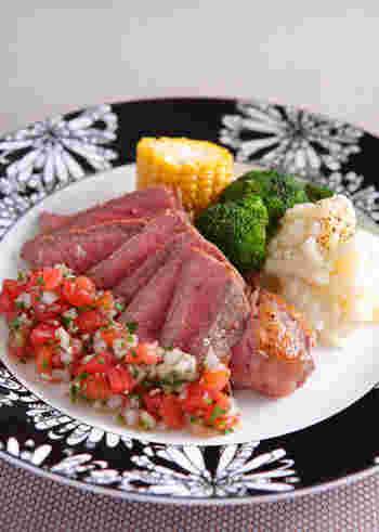 ステーキ肉にもサルサソースを添えて、メキシカンなメインディッシュに!青唐辛子を使った本格的なサルサソースは、色合いもきれいでおもてなしにもおすすめのひと皿になります。