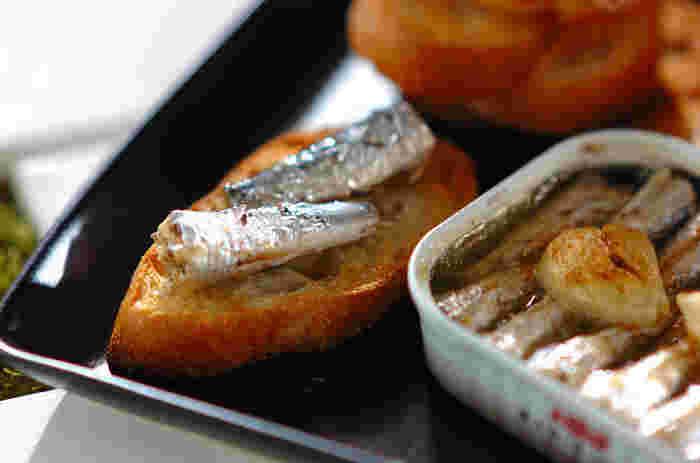 オイルサーディンの缶詰ごと使ったにんにく風味のシンプルおつまみレシピです!とても簡単だけど、にんにくを入れるだけで、ぐっと味わいが増し美味しくなりますよ。