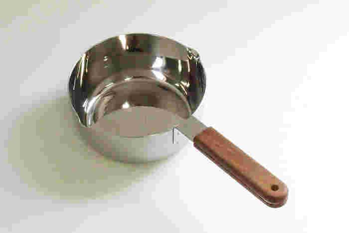 家具デザイナーの小泉誠さんがプロデュースする「ambai(アンバイ)」シリーズの雪平鍋。鍋の素材はアルミニウムとステンレスの三層鋼材で、焦げ付きや汚れが落ちやすい仕上げが施されています。