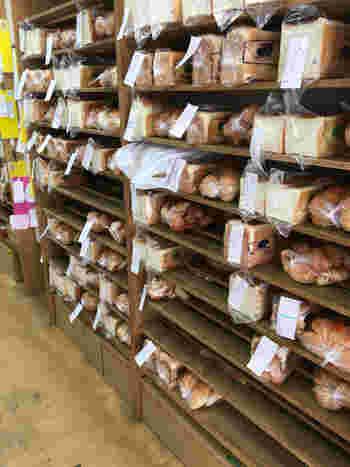 店内の棚には予約のパンがいっぱい! 渡辺社長の理想は「あー、無性にペリカンのパンが食べたいなぁ~」と自然と欲するパンだそうです。