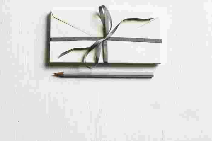 相手を想って選んだポストカードや便箋を用意して一文字ずつ丁寧に…たとえ短い文章だってかまいません。書いている時間の心地良さ、もらった人が喜ぶ顔、さまざまなことを感じながら充実した時間が過ごせるはずですよ。