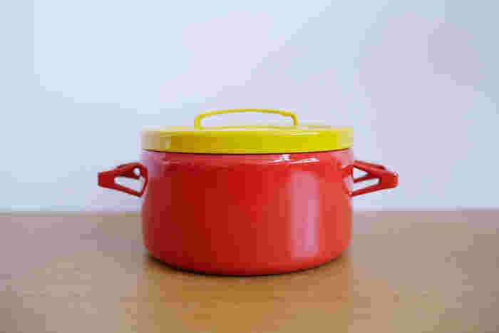艶やかな琺瑯の赤とレトロなモダンなフォルムが印象的なお鍋。  Seppo Mallat(セッポ・マッラト)の作品の中でも、人気の高いホーロー両手鍋です。  「フィンランドのエナメル(琺瑯)」という社名の由来を持つフィネル社の琺瑯は、そのクオリティの高さに定評があります。  3~4人サイズで使い勝手もよさそうです。