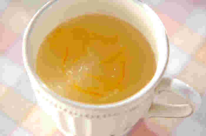 ゆずジャム、すりおろしたショウガ、葛粉で作る「ユズジンジャー葛湯」。寒い日のお出かけ前や、夜寝る前に香りよくあったくてやさしい味わいの葛湯をいただけば、身も心もポカポカと癒されそう。