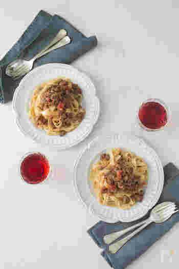 ラグーは煮込むという意味で、食材を細かく刻んでつくるソースをラグーソースといいます。ことこと煮込んだ具材が、平たいタリアテッレに絡むとっておきの一品。