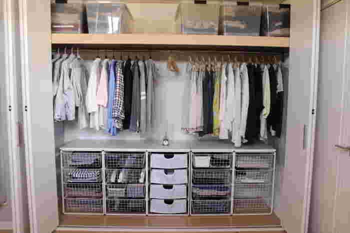 そしてもう一つのクローゼットには洋服を美しく並べて。ワンピースやスカート、コートなどは吊り下げずに、中段に吊り下げる長さを決めることで、下のスペースもすっきりと。上段・中段・下段を上手に活用していますね。