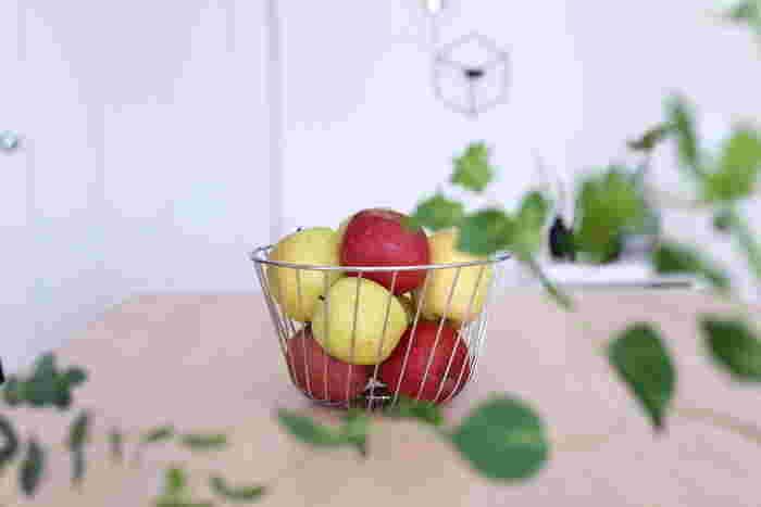 美味しそうなリンゴは食べるだけではもったいない。リンゴもインテリアとして飾ってみましょう。このようなバスケットだとリンゴの綺麗な色も見えて◎。
