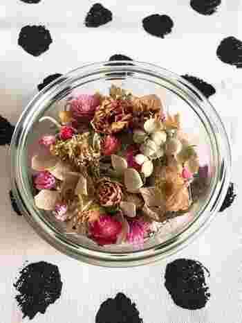 ポプリはおうちでも簡単に作ることができる可愛い香りのアイテムです。ガラスのうつわに飾ったら、それだけで素朴なインテリアアイテムになります。それぞれのお花のかたちもいろいろなものがあり、香りだけではなく見た目も楽しめるのポプリのいいところですね。