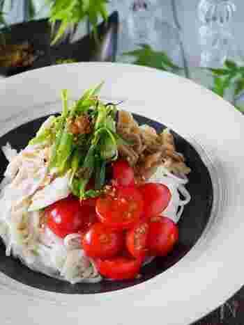 鶏ささみにプチトマトにザーサイ。中華仕立ての冷たいうどんに薬味をたっぷりのせて。冷やし中華ならぬ、冷やしサラダうどん。カロリー控えめで女性に嬉しい一品です。