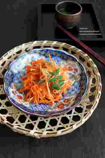 にんじんとザーサイ、そしてえのきで作る彩り華やかな副菜です。レンジでチンして和えるだけなので、こちらも簡単に作れます。お弁当に入れるとパッと華やかになりますよ。