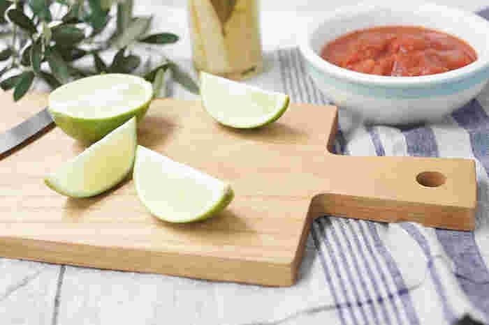 天然木を使ったカッティングボードは、使うごとに味わいが増していきます。野菜やフルーツを切ったり、そのままサーブしても素敵です。